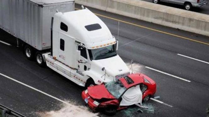 Thực tế, đã xảy ra khá nhiều vụ tai nạn giao thông do xe con chạy trước mặt xe container rồi bất ngờ di chuyển chậm hoặc phanh gấp