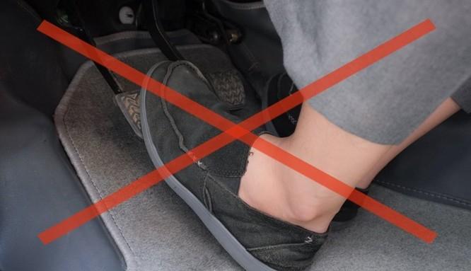 Giữ chân trên bàn côn là thói quen gây mòn côn nhanh ở xe số sàn.