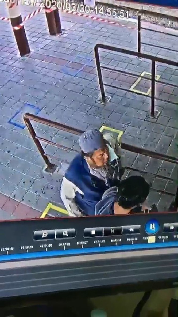 Hình ảnh người đàn ông trên camera theo dõi ở trạm bán vé