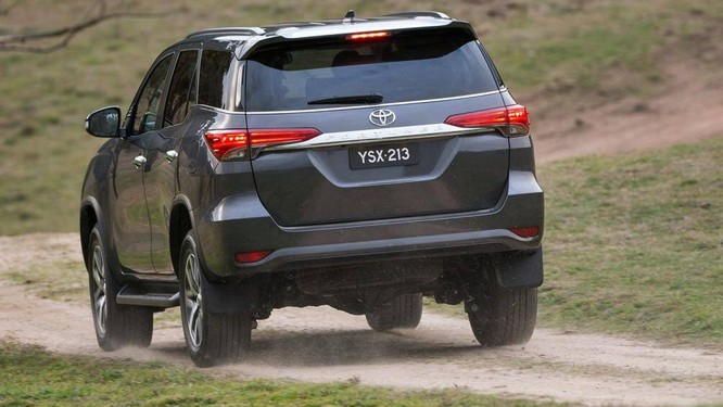 Toyota Fortuner ngày nay đã được trang bị cân bằng điện tử nên rủi ro bị lật xe đã giảm đáng kể
