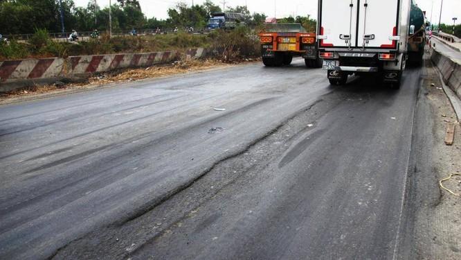 Nếu chạy ở tốc độ cao qua những đoạn đường như thế này sẽ rất dễ bị mất lái