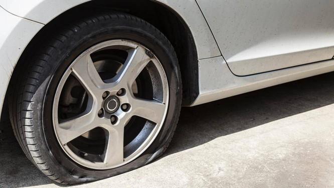 Khi bị nổ lốp bất ngờ ở tốc độ cao, trọng tâm của xe sẽ dồn vào lốp bị nổ, rất dễ gây trượt bánh, xoay ngang và lật xe