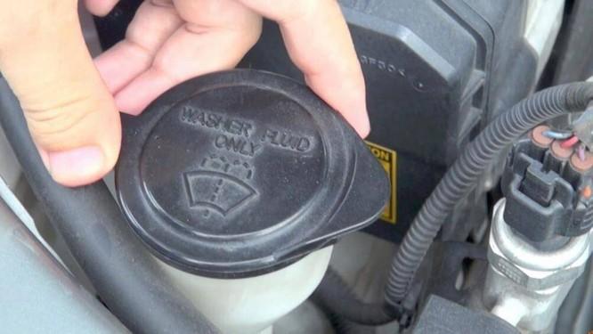 Người sử dụng ô tô có thể tự thay nước rửa kính