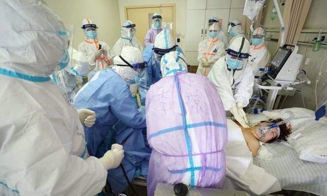 Nhân viên y tế điều trị cho bệnh nhân Covid-19 trong tình trạng nguy kích tại Bệnh viện Chữ Thập đỏ ở Vũ Hán, Trung Quốc hôm 1/3. Ảnh: AFP.