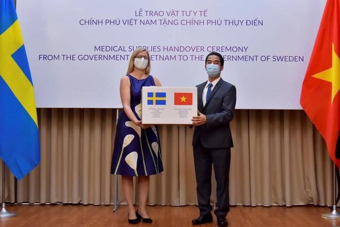 Đại sứ Ann Mawe (bên trái) đại diện nhận món quà Chính phủ và nhân dân Việt Nam tặng Thụy Điển.