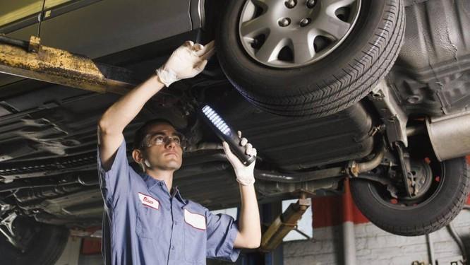 Cần phải kiểm tra bên trong khoang động cơ, dưới gầm xe có các mảnh nhựa, vụn dây điện cũng như các dấu hiệu của chuột như xương, rác hay không