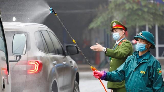 Xe ô tô được phun khử trùng tại Thái Nguyên. (Ảnh: Reuters)