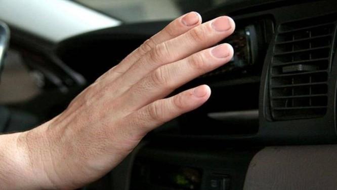Dấu hiệu nhận biết điều hòa đang làm mát kém là người dùng thấy không mát hoặc mát ít, trong cabin xe còn có mùi khó chịu