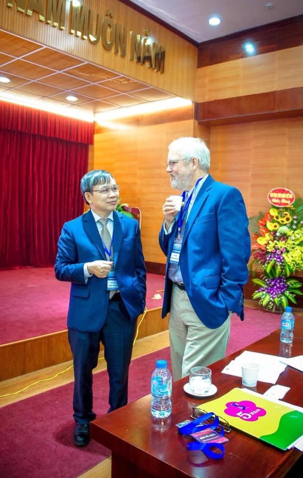 GS Nông Văn Hải (trái) và GS Mark Stoneking trong Hội thảo quốc tế do Viện Nghiên cứu hệ gene tổ chức năm 2017. Ảnh: NVCC.