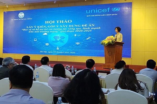 """Bà Lesley Miller, Phó Trưởng đại diện UNICEF tại Việt Nam cũng cho rằng, bên cạnh những cơ hội, Internet, CNTT cũng đang đưa đến nhiều những thách thức, mặt trái. Các nền tảng mạng tạo ra cách mạng với cuộc sống của trẻ em, song đồng thời cũng mang lại những lạm dụng và khai thác trẻ em kinh khủng nhất. Minh chứng cho đánh giá của mình, bà Lesley Miller thông tin, trên toàn thế giới, vào bất kỳ thời điểm nào trong ngày, luôn có 750.000 kẻ rình mò tình dục trẻ em trực tuyến. Số hình ảnh xâm phạm tình dục trẻ em được tải lên trên Internet mỗi ngày cũng đạt con số gần tương tự, trong đó có trẻ em dưới 2 tuổi. """"Là cha mẹ, tôi thấy điều này thực sự đáng sợ. Là Phó trưởng UNICEF Việt Nam, tôi thấy rất đáng lo ngại. Và tôi nhấn mạnh tất cả chúng ta – cần hành động cấp bách"""", bà Lesley Miller chia sẻ. Tại Việt Nam, bà Lesley Miller nhận định, lạm dụng và bóc lột trẻ em đang ngày càng gia tăng: """"Tôi không thể cung cấp cho các bạn một con số chính xác bởi vì chưa có đủ dữ liệu - và chúng tôi phải khắc phục điều đó - nhưng con số là đang gia tăng"""". """"Bộ kỹ năng số"""" là giải pháp quan trọng của Đề án bảo vệ trẻ em Thứ trưởng Nguyễn Thành Hưng cho biết, thực hiện Chương trình công tác năm 2020 của Chính phủ, Thủ tướng Chính phủ, Bộ TT&TT đang chủ trì, phối hợp với các Bộ: LĐTB&XH, GD&ĐT, Công an và các cơ quan liên quan xây dựng Đề án """"Bảo vệ và hỗ trợ trẻ em tương tác lành mạnh, sáng tạo trên môi trường mạng"""" giai đoạn 2020-2025. Đề án được xây dựng nhằm hai mục đích: Bảo vệ trẻ em trên môi trường mạng - Bảo vệ bí mật cá nhân, đời sống riêng tư và các quyền khác của trẻ em khi trẻ em tiếp cận thông tin, tham gia các hoạt động trên môi trường mạng; Hỗ trợ trẻ em tương tác lành mạnh, sáng tạo trên không gian mạng, thông qua việc kêu gọi các doanh nghiệp công nghệ chung tay tham gia phát triển các ứng dụng, sản xuất các nội dung bổ ích giúp trẻ em tương tác lành mạnh, sáng tạo trên môi trường mạng. """"Ý thức được đây là vấn đề quan trọng có tính liên ngành cao, Bộ TT&TT đã thành lập B"""