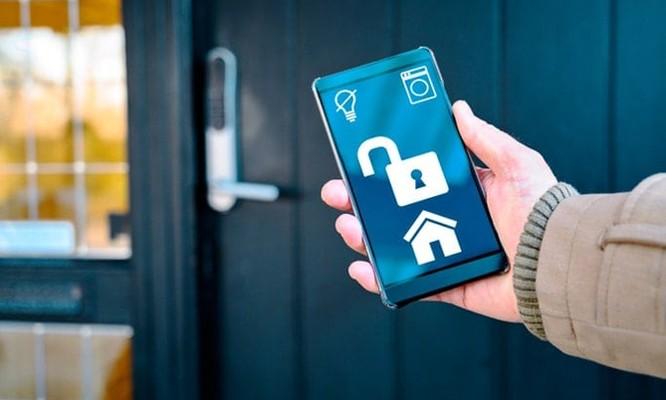 Người dùng đang trải nghiệm nhiều thiết bị smart home riêng lẻ như camera an ninh, bật tắt đèn từ xa... Ảnh: Southshorelocksmiths.