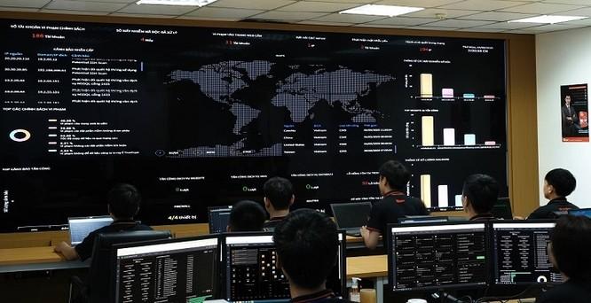 Các nhà nghiên cứu Bkav đang theo dõi tình hình an ninh mạng trên màn hình trực tuyến.