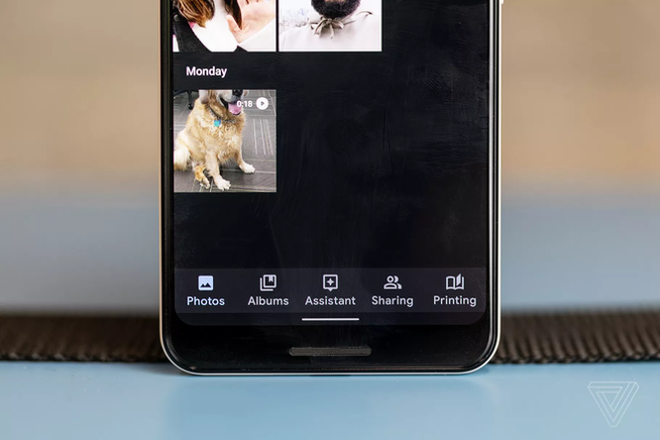 Theo mặc định, hình ảnh tải từ ứng dụng nhắn tin sẽ không còn được sao lưu tự động lên Google Photos nữa. Ảnh: The Verge.