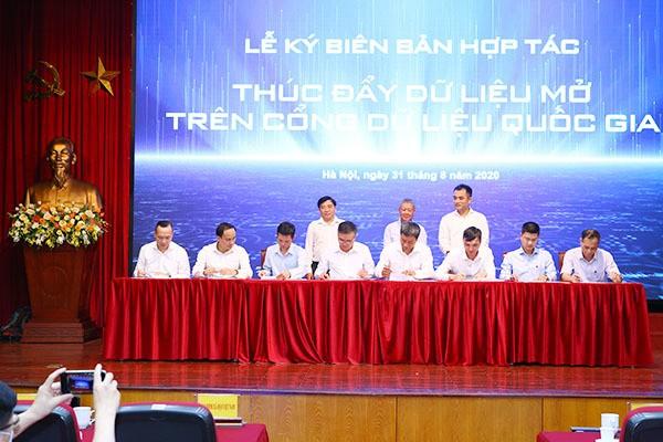 Đại diện các đơn vị thuộc: Bộ TT&TT, Bộ TN&MT, Bộ KH&CN, Bộ Y tế, Bộ GD&ĐT, Bảo hiểm xã hội Việt Nam, Đại học Quốc gia Hà Nội và VietnamPost ký biên bản phối hợp thúc đẩy dữ liệu mở trên Cổng Data.gov.vn.