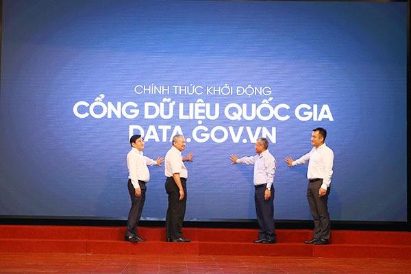 Thứ trưởng Bộ TT&TT Nguyễn Thành Hưng và các đại biểu thực hiện nghi thức khởi động Cổng dữ liệu quốc gia Data.gov.vn.