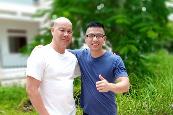 Mong muốn của Ngô Minh Hiếu (người đứng bên phải) khi trở về Việt Nam là muốn làm việc trong lĩnh vực an ninh mạng. Anh cũng muốn định hướng cho những người trẻ để họ không mắc phải sai lầm của mình.