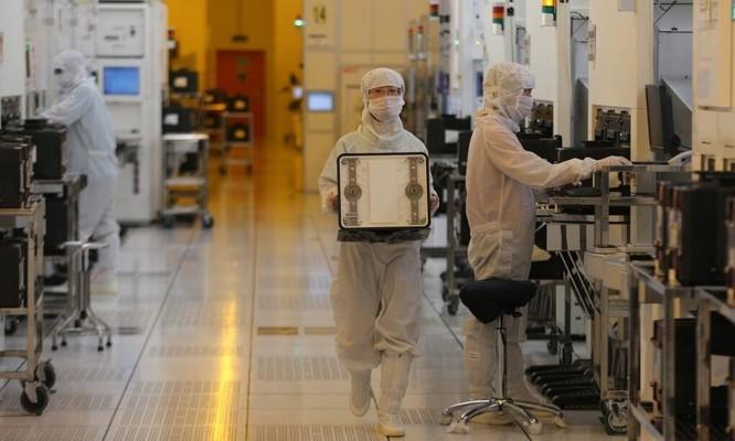 Bên trong nhà máy sản xuất chip SMIC tại Trung Quốc.