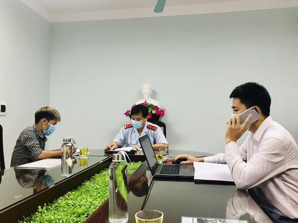 Nguyễn Văn Hưng (trái) làm việc với cơ quan chức năng tại Sở Thông tin và Truyền thông tỉnh Bắc Giang chiều 10/9. Ảnh: Sở TT&TT Bắc Giang.