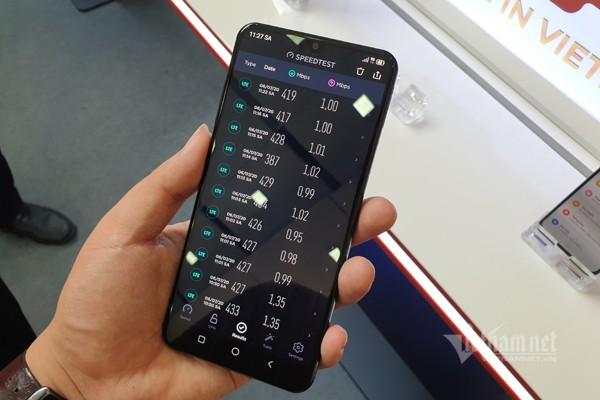 Tốc độ 5G thử nghiệm tại Việt Nam đạt mốc 400 Mbps. Đáng chú ý khi thử nghiệm này dùng cả thiết bị đầu cuối 5G (Vsmart Aris) và thiết bị mạng 5G (Viettel) do các doanh nghiệp Việt Nam tự sản xuất. Ảnh: Trọng Đạt
