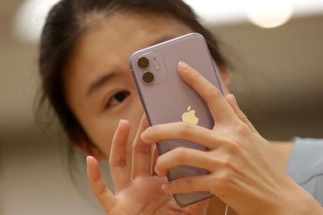 Người Trung Quốc từng kêu gọi tẩy chay iPhone khi Mỹ ban hành lệnh cấm Wechat, TikTok. Ảnh: Reuters