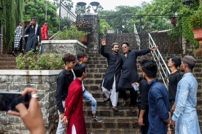 Một cảnh quay đang thực hiện ở thành phố Mumbai để sau đó sẽ đăng tải lên TikTok. Ảnh: Indranil Mukherjee