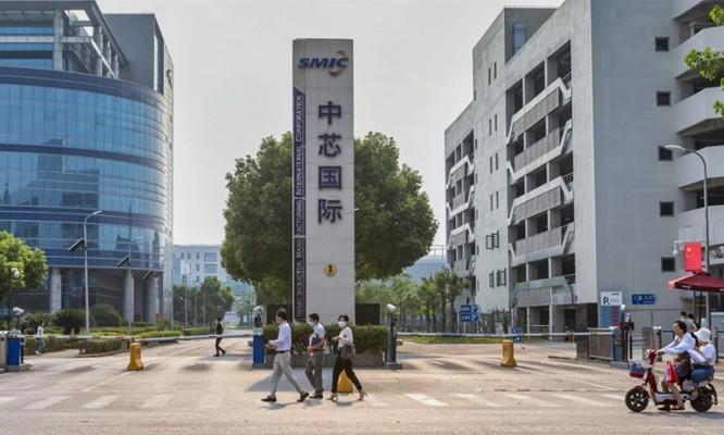 Cuối tuần qua, Bộ Thương mại Mỹ ra quy định các công ty sản xuất Mỹ phải xin giấy phép xuất khẩu nếu muốn cung cấp một số thiết bị nhất định cho SMIC. Theo các nhà phân tích, dù không khắc nghiệt như lệnh cấm với Huawei, quyết định mới của Mỹ tác động nghiêm trọng đến kế hoạch thúc đẩy ngành công nghiệp bán dẫn phát triển mạnh mẽ của Trung Quốc.