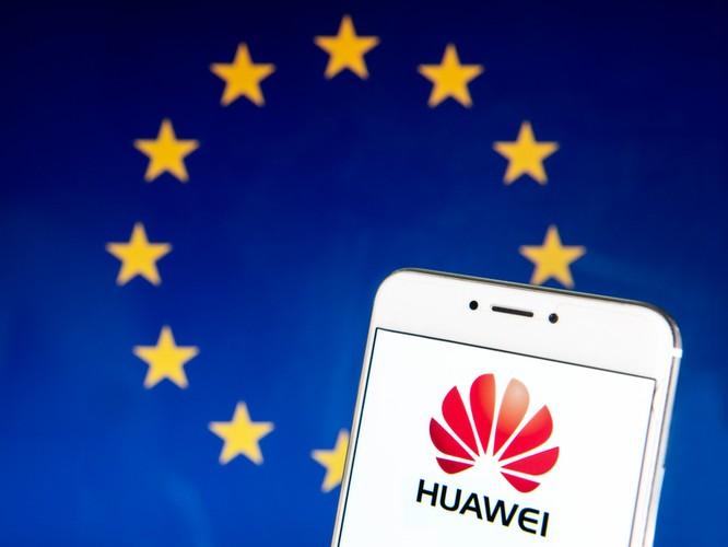 """Thứ trưởng Ngoại giao Mỹ Keith Krach đưa ra lời cảnh báo trong bối cảnh Đức và Italy đang xem xét mạng 5G thế hệ mới. Theo Krach, Nokia và Ericsson là hai công ty duy nhất mà chính phủ châu Âu nên lựa chọn. Phát biểu tại hội nghị của tổ chức German Marshall Fund, ông cáo buộc Huawei là một phần của nhà nước giám sát Trung Quốc và là công cụ vi phạm nhân quyền. Tuy vậy, ông không đưa ra được bằng chứng nào trong bài diễn thuyết của mình. Huawei liên tục phủ nhận thiết bị 5G của họ có thể bị lợi dụng cho hoạt động theo dõi. Krach cho rằng Huawei tham gia vào mạng 5G châu Âu sẽ đặt đồng minh NATO vào tình thế rủi ro và đối với Trung Quốc, 5G là """"xương sống của nhà nước giám sát"""". """"Những nhà sản xuất không đáng tin, nguy cơ cao như Huawei và ZTE cung cấp cho Trung Quốc khả năng gián đoạn hay vũ khí hóa ứng dụng trong cơ sở hạ tầng hoặc cung cấp tiến bộ kỹ thuật cho lực lượng quân đội"""", Thứ trưởng Ngoại giao Mỹ tiếp tục. Italy và Đức đang cân nhắc có cho phép Huawei tham gia xây dựng mạng 5G quốc gia hay không sau khi Anh và Pháp thông báo cấm cửa công ty Trung Quốc. Huawei đang bị Mỹ trừng phạt với mục tiêu dập tắt thị phần 5G trên toàn cầu và buộc các nhà cung ứng phải xin giấy phép trước khi bán hàng cho Huawei. Trong lúc này, Huawei tăng cường đầu tư vào doanh nghiệp bán dẫn trong nước và hãng công nghệ khác, củng cố chuỗi cung ứng với hi vọng sống sót dưới áp lực của Mỹ. Nokia giành hợp đồng 5G lớn tại Anh Mới đây, Nokia thông báo ký hợp đồng thiết bị 5G quan trọng với nhà mạng lớn nhất Anh BT. Trước đó, vào tháng 7, Anh cho biết sẽ cấm thiết bị Huawei khi triển khai 5G. Theo hợp đồng, Nokia sẽ cung cấp thiết bị và dịch vụ 5G tại 11.600 trạm vô tuyến của BT trên cả nước. Cụ thể, BT sử dụng thiết bị AirScale Single RAN (S-RAN) của Nokia để phủ sóng trong nhà và ngoài trời. Thiết bị bao gồm trạm gốc và sản phẩm truy cập vô tuyến. Như vậy, Nokia sẽ trở thành đối tác hạ tầng lớn nhất của BT. Theo nguồn tin của CNBC, Nokia phụ trách 63% toàn bộ mạng lưới của nhà mạng này"""
