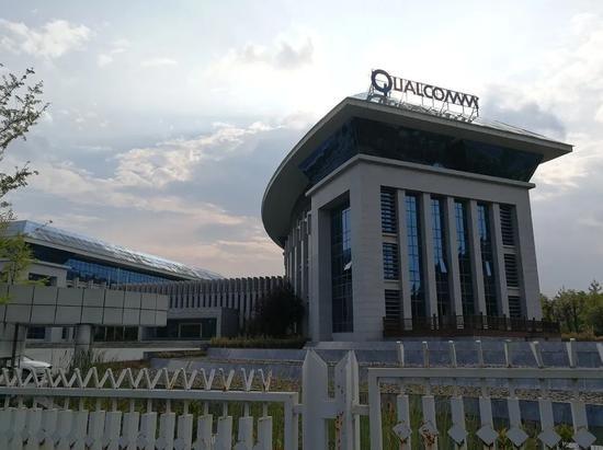 Tòa nhà văn phòng của Huaxintong, Quý Châu không có người ra vào. Ảnh: Xiang Dingjie.