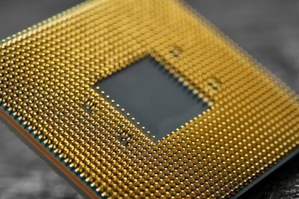Hình thức, thiết kế và thực hiện của CPU đã thay đổi theo tiến trình lịch sử, nhưng hoạt động cơ bản của nó vẫn còn gần như không thay đổi. Thành phần chủ yếu của CPU bao gồm các bộ phận số học logic (ALU) thực hiện phép tính số học và logic, các thanh ghi lưu các tham số để ALU tính toán và lưu trữ các kết quả trả về, và một bộ phận kiểm soát với nhiệm vụ nạp mã lệnh từ bộ nhớ và