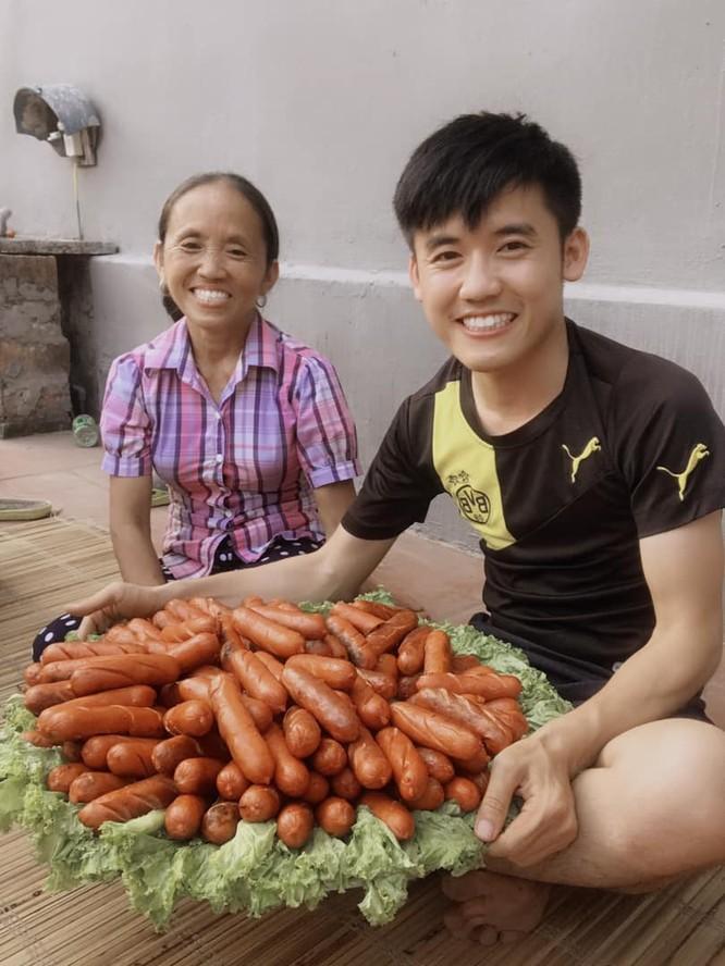 Hưng Vlog là người đứng sau sản xuất video cho kênh của mẹ. Ảnh: FBNV.