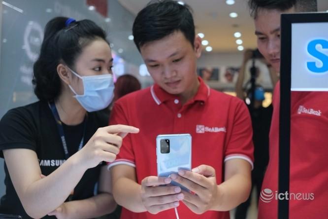 Nhân viên bán hàng đang tư vấn khách mua điện thoại Samsung. (Ảnh: Hải Đăng)