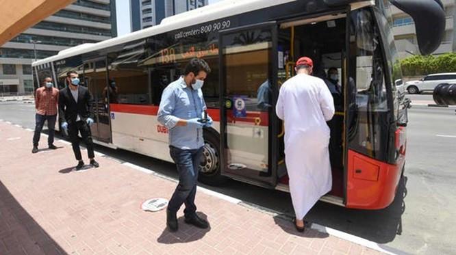 Một chiếc xe bus tại Dubai đang đón khách. Ảnh: Al Arabiya.