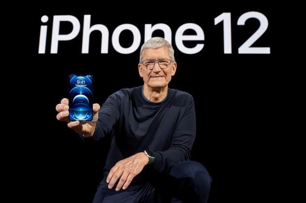 CEO Tim Cook cầm trên tay iPhone 12 mới. Ảnh: Apple