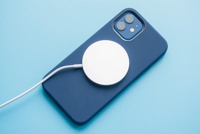 iPhone 12 Pro mất hơn 3 tiếng để đầy pin với củ sạc cũ ảnh 1