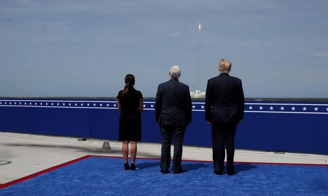 Elon Musk, Jeff Bezos 'nín thở' trước bầu cử tổng thống Mỹ ảnh 1
