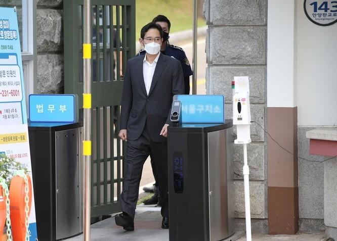 Phó Chủ tịch Samsung ra tù ảnh 1