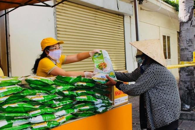 Gần 300 tấn lương thực đã được phát miễn phí cho người dân gặp khó khăn vì Covid-19 ảnh 1