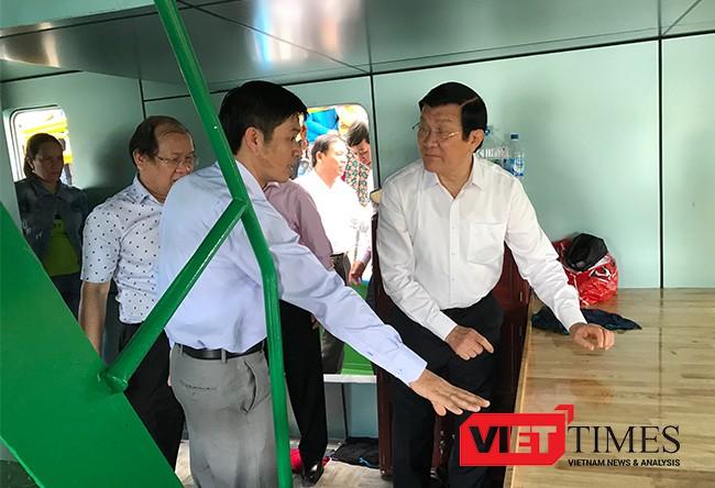 Lễ trao tàu cá cho ngư dân có sự tham dự của nguyên Chủ tịch nước Trương Tấn Sang và lãnh đạo tỉnh Quảng Ngãi.