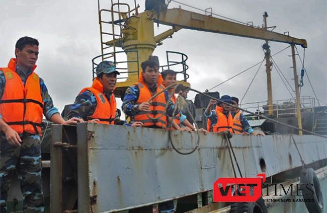 cứu nạn, ngư dân, lai dắt, tàu cá, QNg 92823TS, bị nạn, biển Hoàng Sa, Hải quân Vùng 3, Lý Sơn, không chịu rời tàu, VietTimes