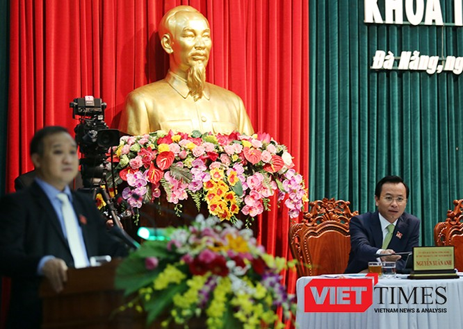 Trước trả lời của Giám đốc Sở TNMT, Chủ tịch HĐND TP Đà Nẵng Nguyễn Xuân Anh truy vấn các cơ quan tham mưu