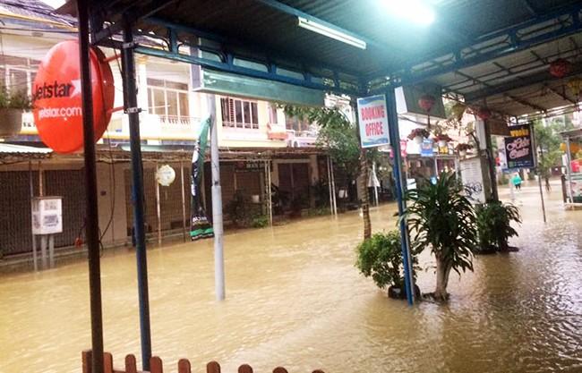 người dân, chạy lũ, ngập lụt, vùng trũng, Phú Yên, Quảng Ngãi, gồng mình gánh lũ, Bình Định, Quảng Nam, thất thủ, lũ dữ, VietTimes