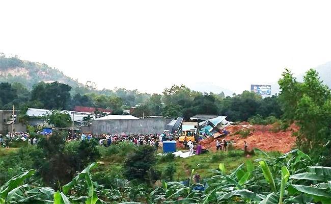 VietTimes, 2 người chết, 5 ngôi nhà bị chôn vùi, 2 người bị mắc kẹt, dưới đống đổ nát, vụ sạt lở núi, kinh hoàng, Nha Trang