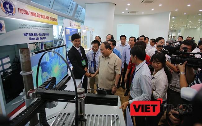 Trước khi bắt đầu buổi đối thoại, Thủ tướng Nguyễn Xuân Phúc đã đi tham quan các gian hàng DN tiêu biểu