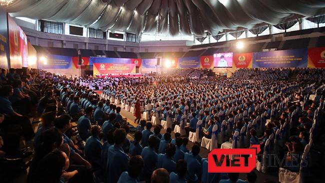 Sáng 22/4, tại Cung thể thao Tiên Sơn (Đà Nẵng), Thủ tướng Chính phủ Nguyễn Xuân Phúc đã có buổi đối thoại trực tiếp với khoảng 2.000 công nhân, người lao động thuộc các khu công nghiệp, khu chế xuất trên địa bàn vùng kinh tế trọng điểm miền Trung đến từ Thừa Thiên –Huế, Đà Nẵng và Quảng Nam