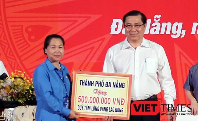 """Chủ tịch UBND TP Đà Nẵng Huỳnh Đức Thơ trao tặng 10 nhà """"Mái ấm Công đoàn"""" tương đương 500 triệu đồng."""