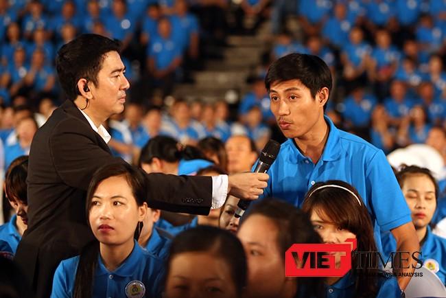 Tiếp tục với nội dung đối thoại, công nhân Đỗ Hữu Phước, Công ty TNHH Điện tử Việt Hoa (Đà Nẵng) đặt câu hỏi đối với Thủ tướng liên quan đến thực trạng an toàn thực phẩm trong bữa ăn công nhân
