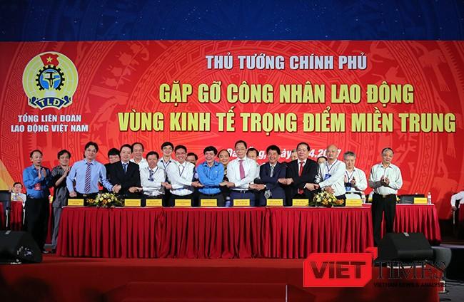 Tại sự kiện, 8 doanh nghiệp đã cùng ký cam kết triển khai, đưa các sản phẩm dịch vụ đến đoàn viên và người lao động với giá ưu đãi trước sự chứng kiến của Thủ tướng Chính phủ Nguyễn Xuân Phúc, Chủ tịch Liên đoàn Lao động Việt Nam và đại diện các lãnh đạo các địa phương.