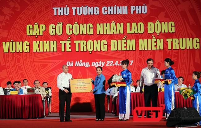 Đại diện của Tổng Cty Viễn thông Mobifone đã trao tặng 40 tỷ đồng cho Tổng Liên đoàn Lao động Việt Nam để thực hiện cam kết chăm lo phúc lợi cho Đoàn viên Công đoàn và công nhân lao động