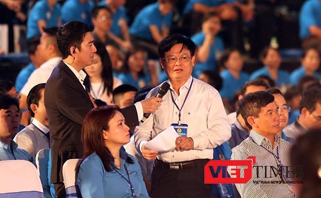 Sau phần đối thoại với công nhân, ông Nguyễn Hữu Sia, Tổng Giám đốc Cty Cổ phần Cảng Đà Nẵng, đại diện phía cchur doanh nghiệp đối thoại với Thủ tướng, liên quan đến nooij dung nâng cao năng suất lao động, sức cạnh tranh