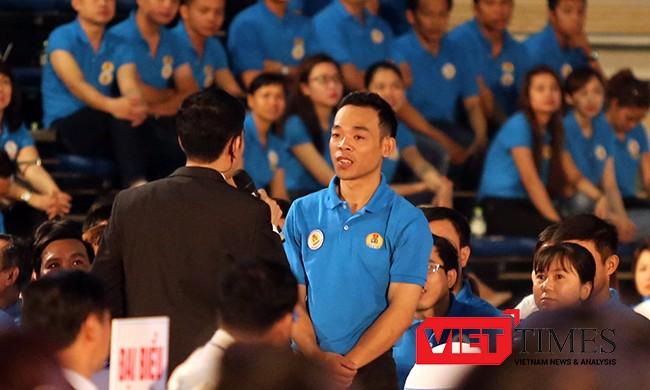 Công nhân đầu tiên nêu ý kiến trong cuộc đối thoại với Thủ tướng là anh Trần Ngọc Thành, công nhân Cty cổ phần công nghiệp nhựa Đà Nẵng với ý kiến về chính sách phát huy sáng kiến, sáng tạo